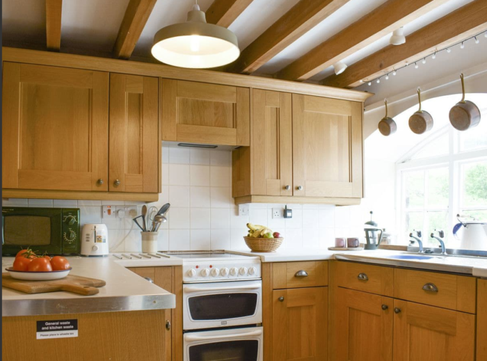 Well-equipped fitted kitchen